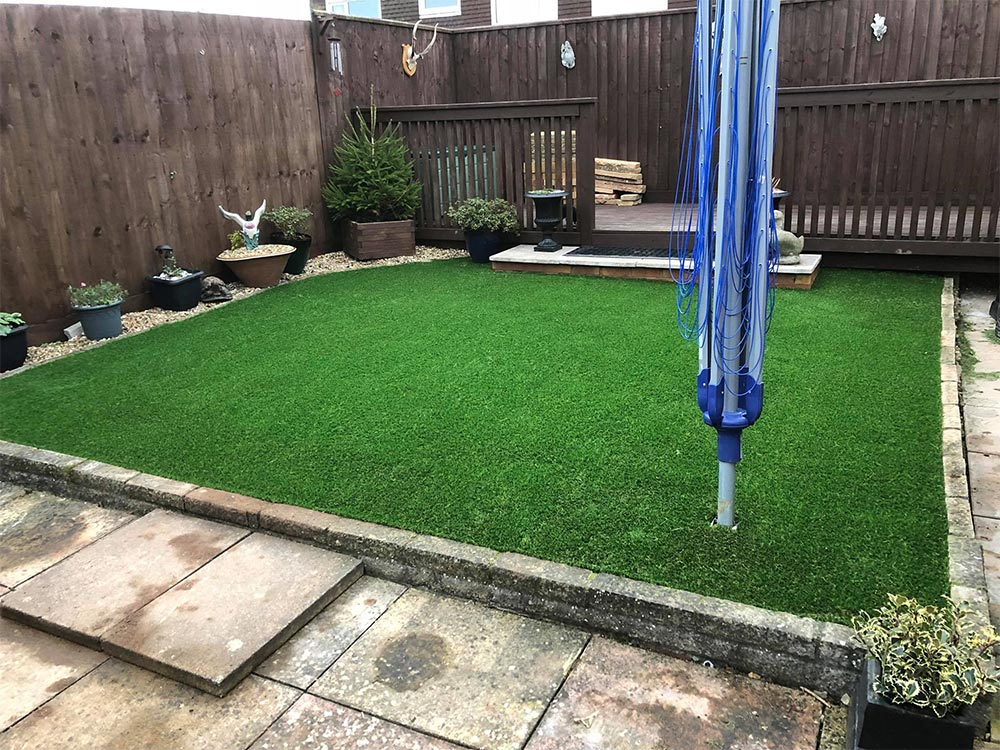 Back raised lawn area with washing line pole