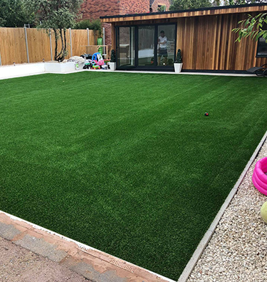 Huge family-friendly lawn space